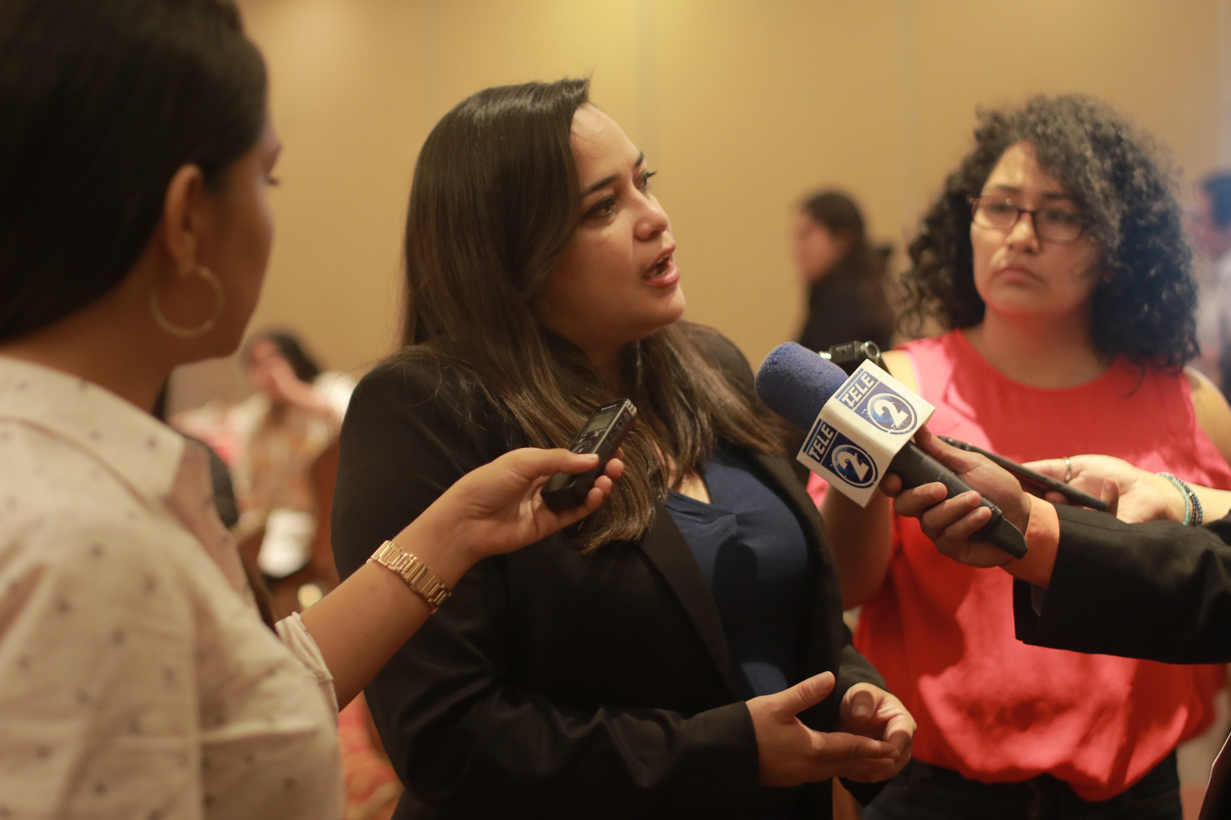 Rina Montti, National Coordinator of Cristosal's Monitoring Unit, answers questions from journalists after presenting the 2017 Report on Forced Displacement in El Salvador. / Photo Cristosal