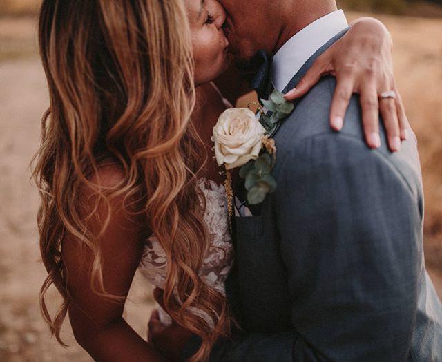 Besos infinitos en spanglish 💥💥💥 WP & flowers decoration @whiteweddingdays / Hair Makeup @lizamayne.makeup @hairbyemmazee / Cateter @fiestasolweddings / vídeo @cayuelavideos / lugar @ronda.mountainresort  #weddingphotographer #bodasevilla #elopementphotographer #intimatewedding #destinationweddingsevilla #rondawedding #sevillawedding #sevillaphotographer #naturalwedding #junebugwedding #destinationweddingphotographer #weddinginspiration #weddingdress #filmphotography #spanishwedding #puertoricowedding #spanglishwedding #lookslikefilm #dirtybootsandmessyhair #belovedwedding #happiness #laugh