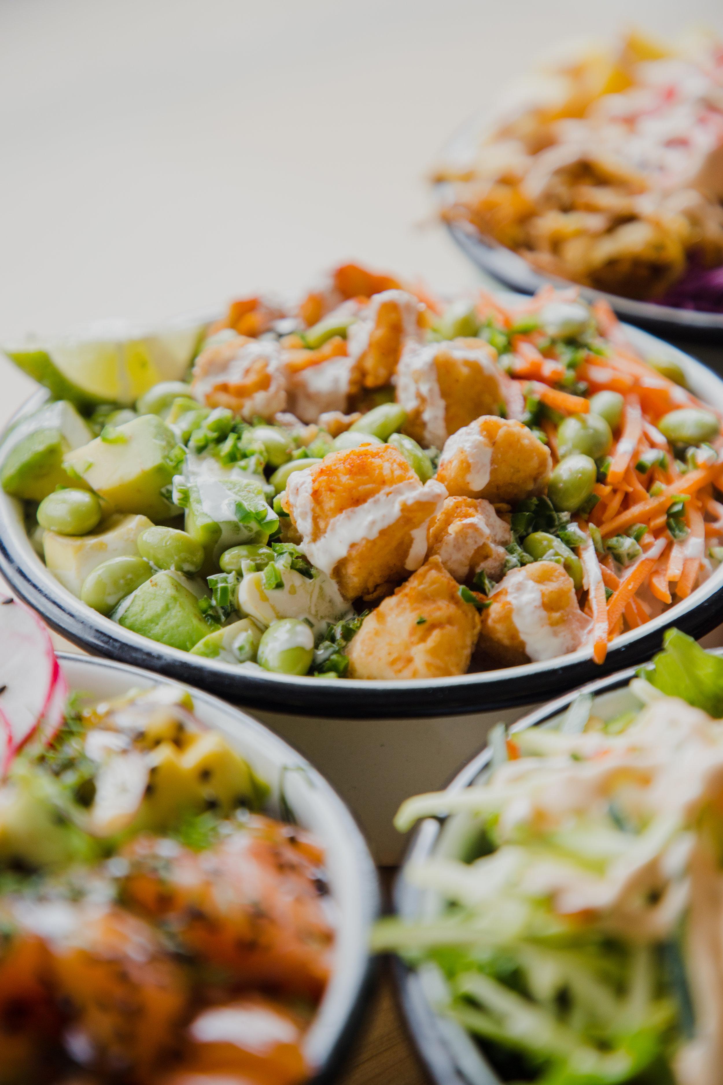 - BASES x 1Arroz de sushi, mix greens, quinoa, arroz integral, arroz con coco.PROTEÍNAS x 1Atún, salmón, pescado blanco, tofu, palmito de cangrejo, pollo a la plancha, camarones salteados, pescado apanado, cerdo desmechado.MIX-INS x 2Aguacate, pepino, mango, zucchini noodles, zanahoria, repollo, cascos de naranja, maíz tierno.TOPPINGS x 2Maní, ajonjolí, cebollín, jalapeño, masago, cilantro, edamames, cebolla morada, gari rosado, cebolla crunch, maíz peruano, pimentón, rábano, seaweed salad, veggie tempura.SALSAS x 1Teriyaki, wasabi cream, sriracha mayo, spicy soya, leche de tigre, chipotle mayo.
