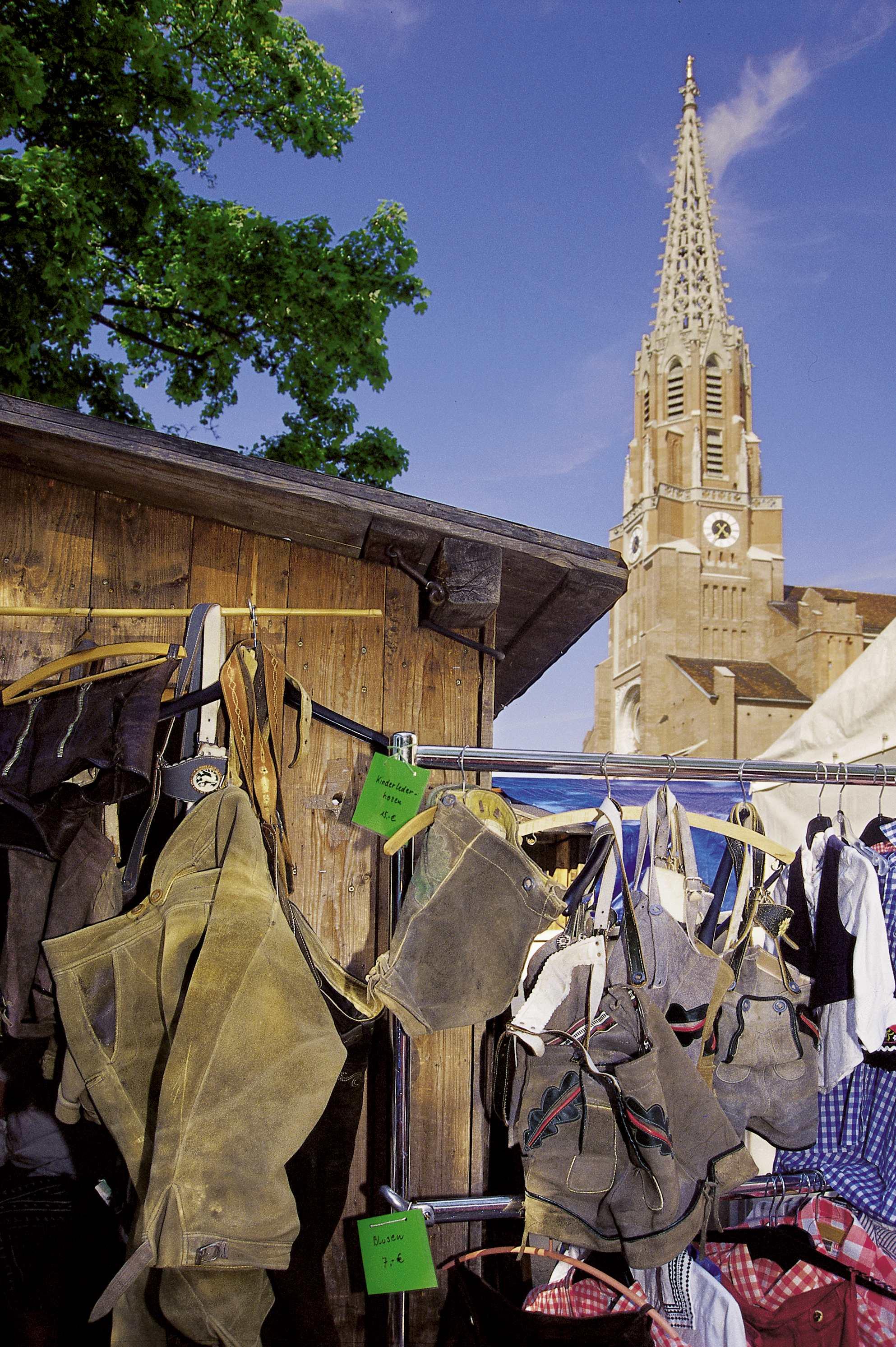 Nr. 0931 Auer Dult - Lederhosenstand vor der Mariahilfkirche - B. Roemmelt (1).jpg