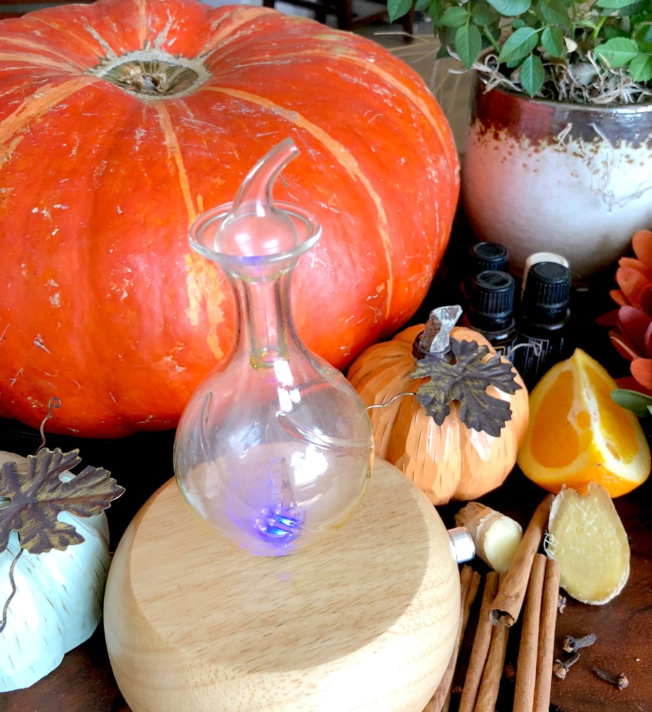 It's time to diffuse Fall scents in your home! The best essential oils to use in the Fall include the warm spices and some citrus. You can blend them to create wonderful Autumn scents. #Fallessentialoils #Autumnscents