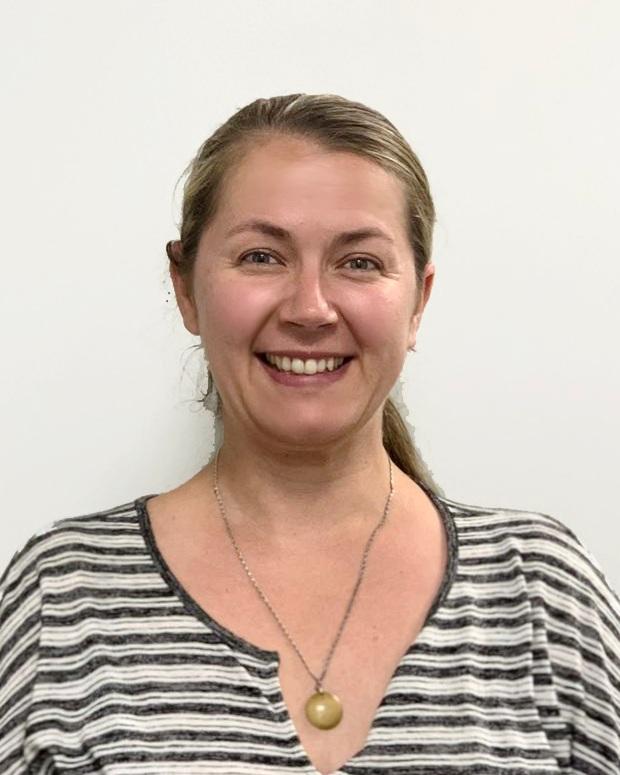卡门    英语教师   她有英语教育硕士学历,现于长岛公立学校教书,有超过10年教学经验,拥有特殊教育教师执照