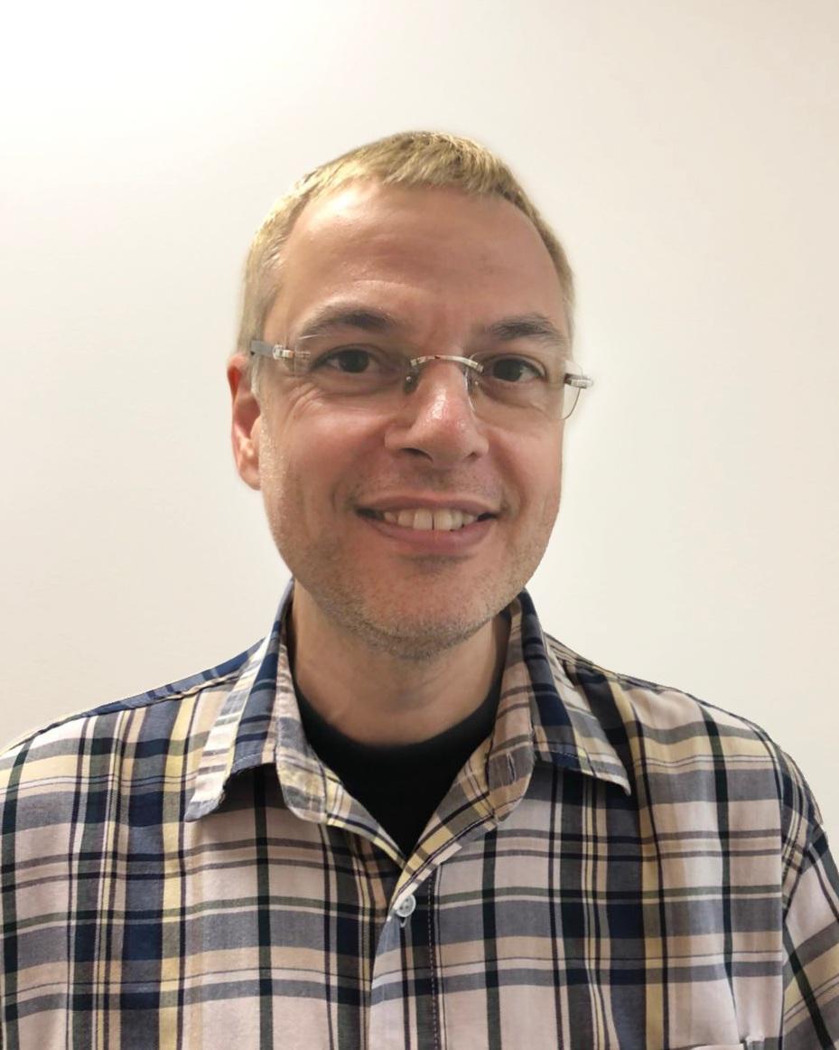 托马斯    数学教师   他拥有教师资格证,目前在一所公立学校教书。他有十年以上的教学经验。
