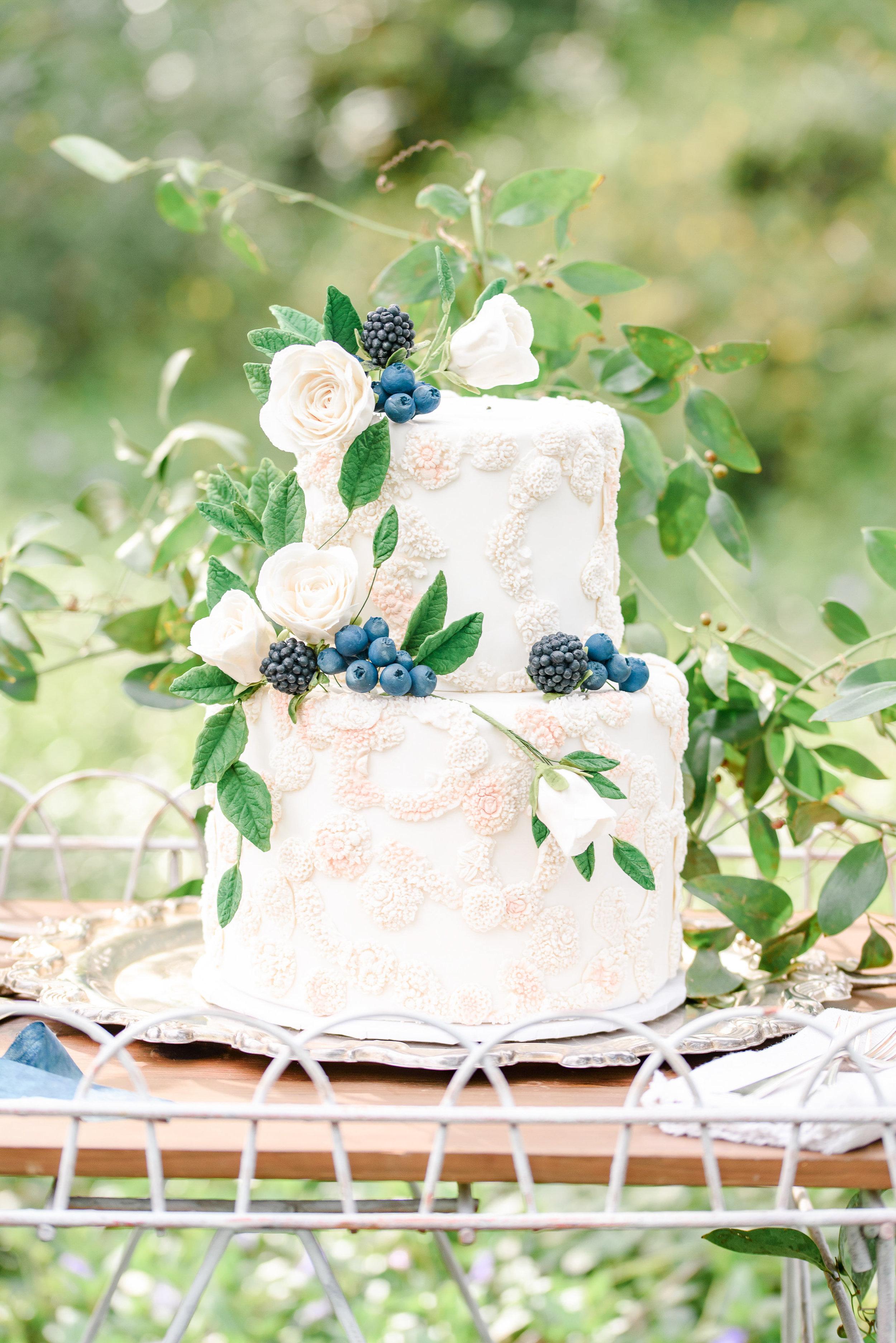 Garden Wedding Inspiration | Wedding Cake | Two-tier wedding cake