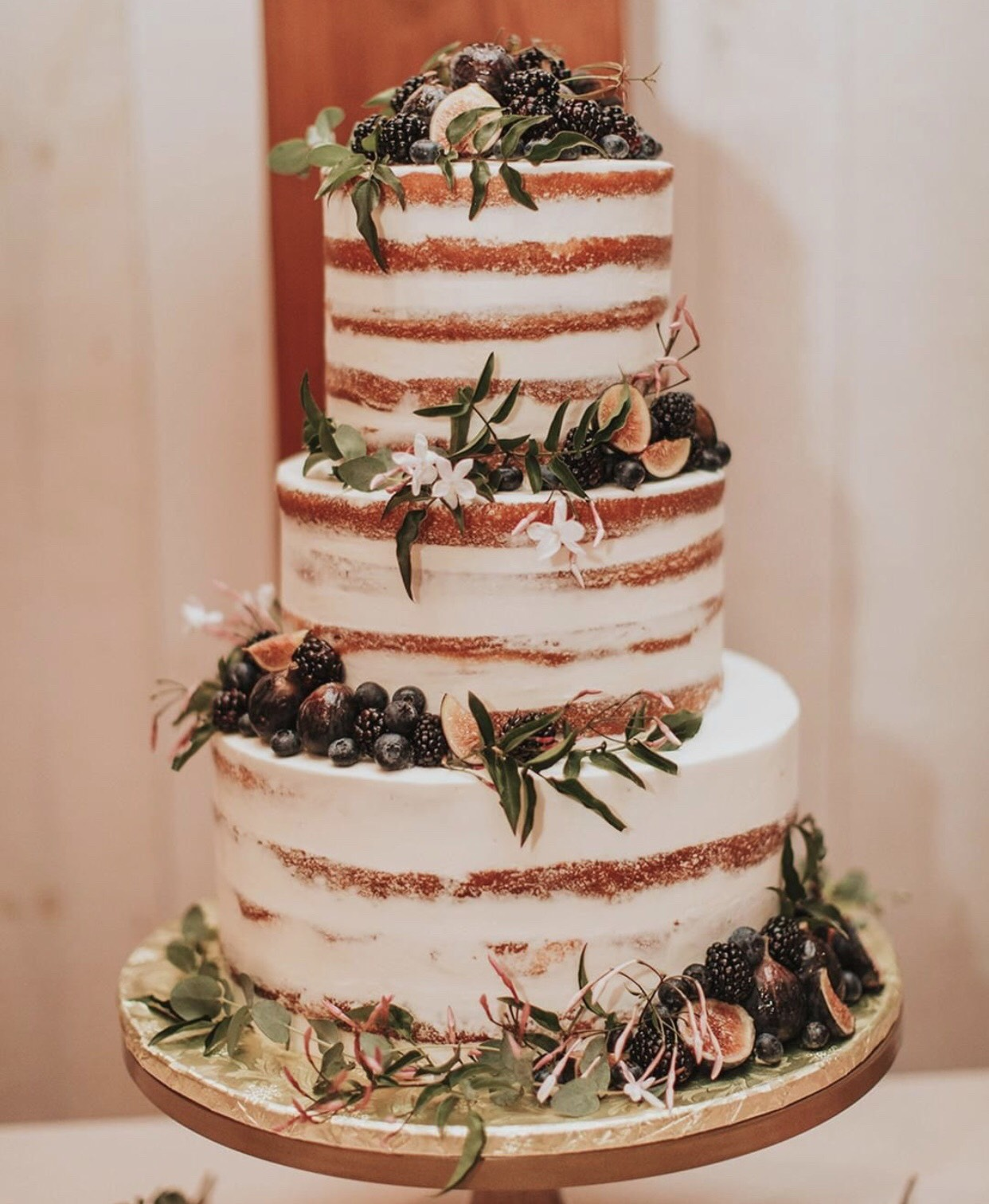 Rustic cake perfection. 🍰🌿👌🏼🏩🌳🌳 Bakery:  @freeportbakery  | Photo:  @victoriacarlsonphoto  | Coordination:  @withgraceandloveevents  |  Florals:  @bewilderfloral