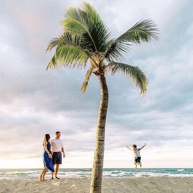 Beach lovers!!!! @fshualalai @fshualalaievents @fletchphotography . . . . . . #hawaiisbestphotos #hawaiibeach #hawaiiphotographer #hawaiifamilyphotographer #beachvibes #familybeachday #nakedhawaii #hawaiiadventures