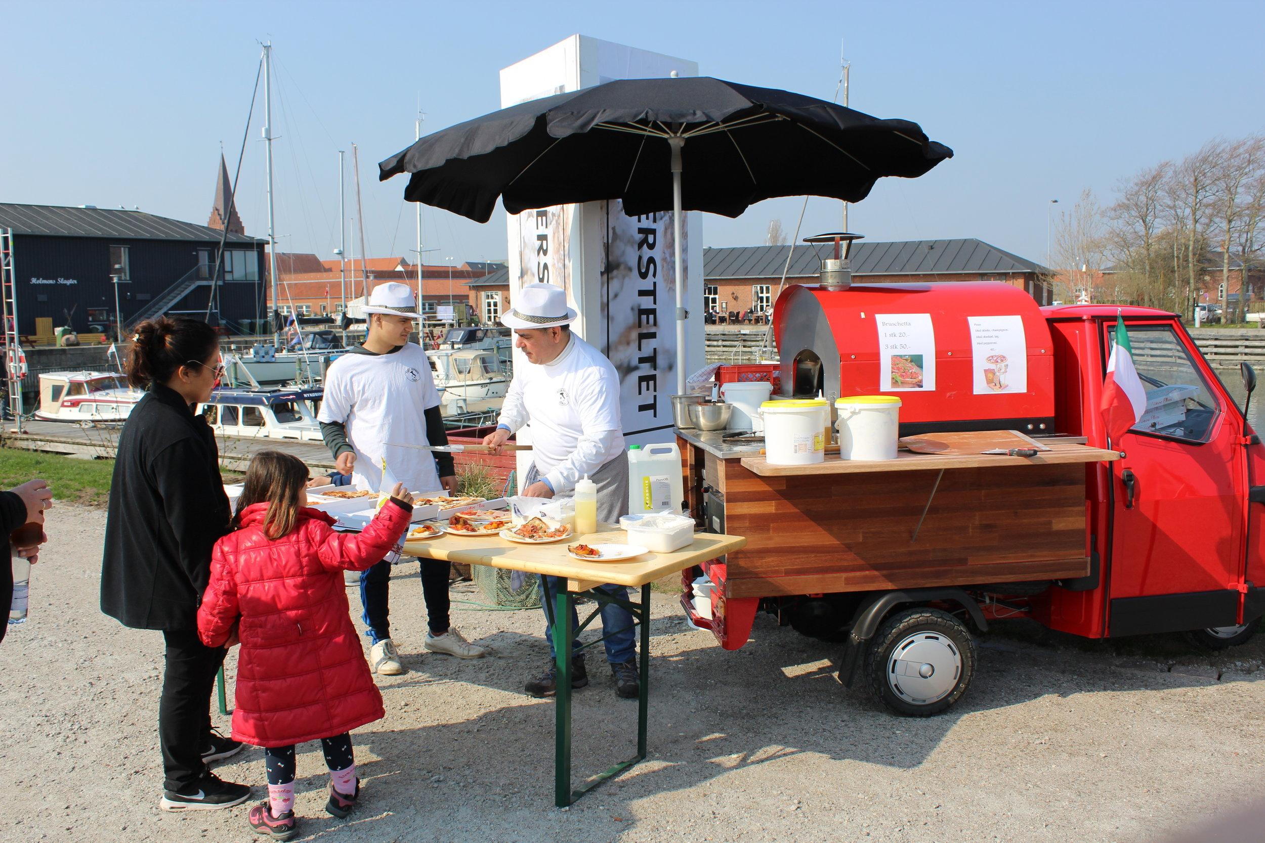 Ape 50 Pizzavogn - ægte Italiensk stenovn, bygget på den ikoniske Ape 50  Kan bage eller opvarme 4 almindelige pizza'er ad gangen.