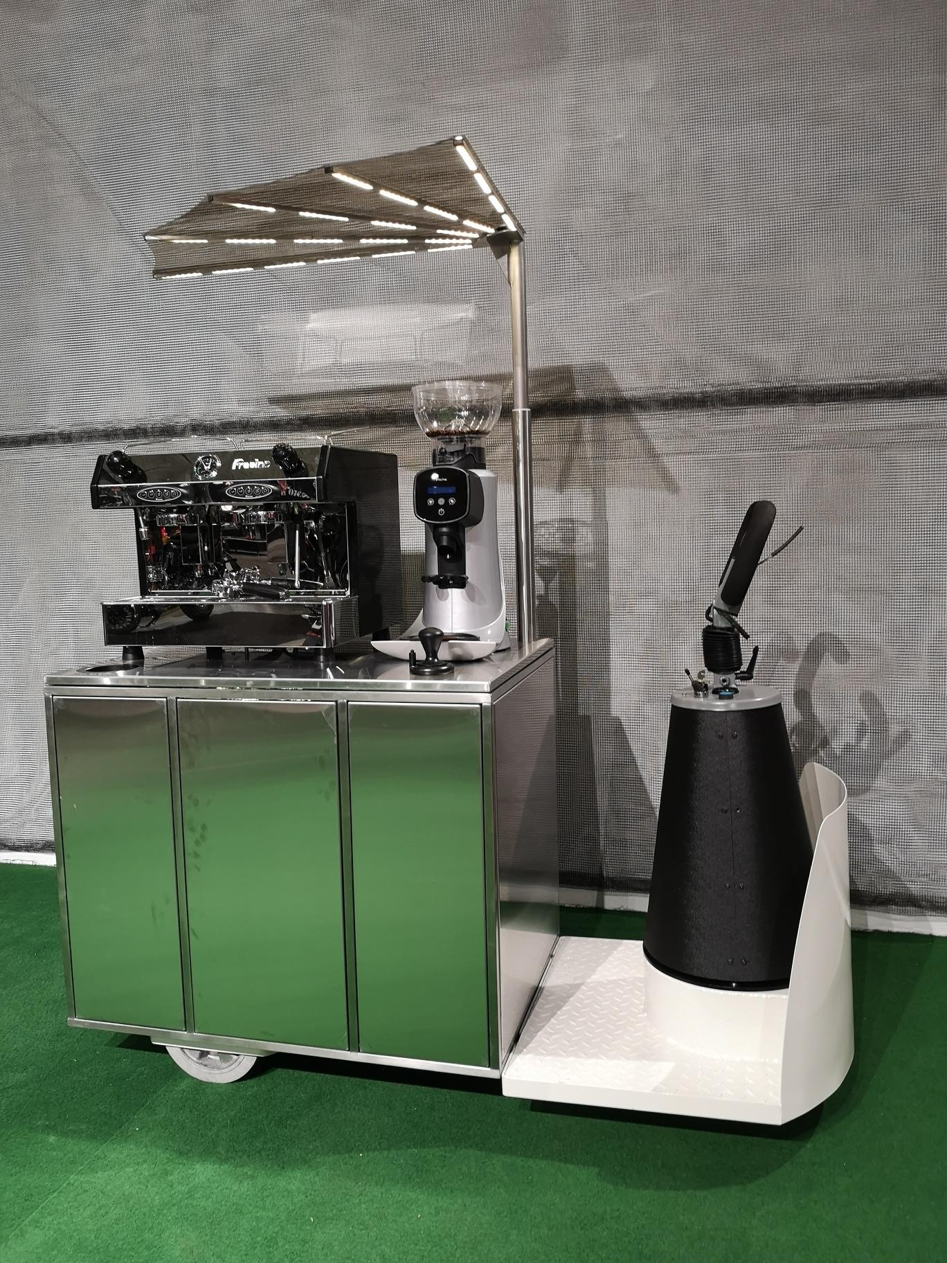 Dino Lounge - egen udviklet elektrisk kaffevogn til indendørs brug, med stort lithium batteri.  Kan køre støj frit gennem almindelige døre og elevatorer.  Batteriet har kapacitet til brygning af mere end 50 liter espresso.