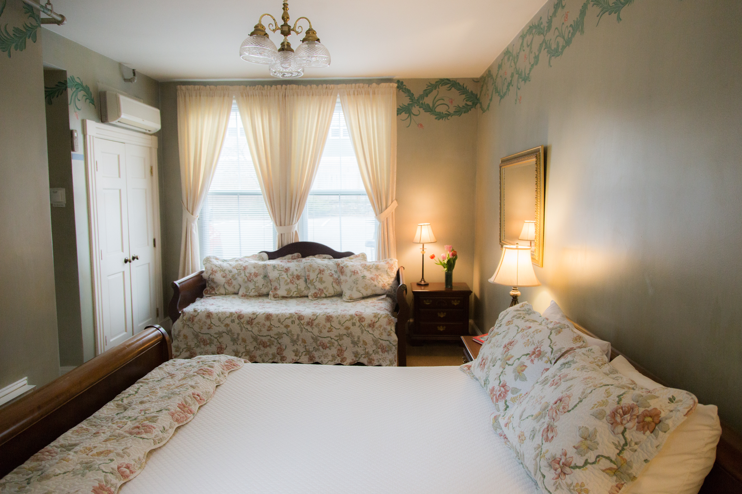 Room 1 Queen/Daybed