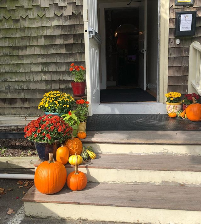 Fall Steps! Come on in! . . . . #fall #holiday #pumpkin #fallcolors #newportbedandbreakfast #placestostayinnewport #newportri