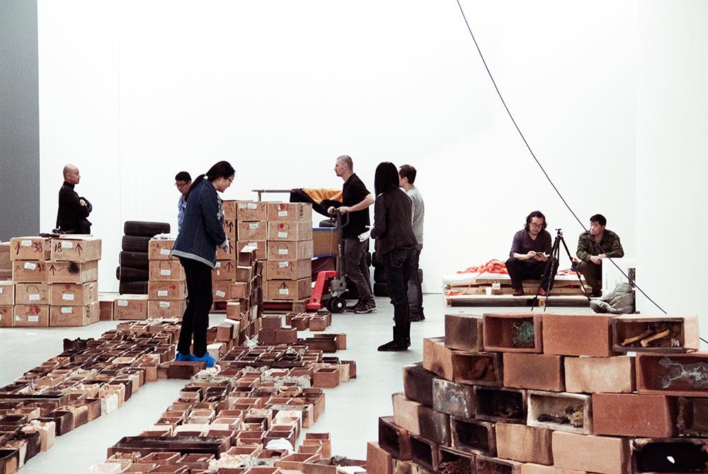 Proces   Opsætning af værker til A New Dynasty – Created in China   Photos: Rikke & Matias © I DO ART Agency