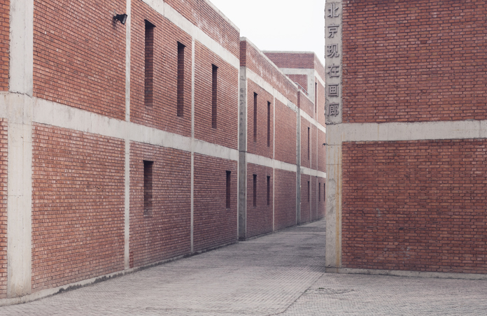 Røde murstensbygninger i Caochangdi, Beijing, som er tegnet af Ai Weiwei og opført i 1999.