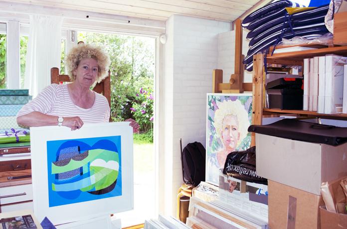 Hanne med et pigmentprint. I baggrunden ses et selvportræt i olie.