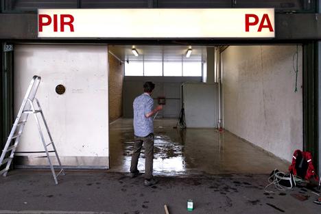 """PIRPA   Lukket: November 2018.    """"PIRPA er et nyt midlertidigt udstillingssted, lokaliseret i lagerrummet til en tidligere papirhandel på det nu forladte Grønttorv i Valby. Det vil i de næste ca. 2 år være omdrejningspunkt for kunstnerisk aktivitet i og omkring Grøntorvets forladte bygninger. Billedkunstnere og andre beslægtede faggrupper bliver inviteret til at lade området, dets historie og rummelige muligheder, influere deres kunstneriske bidrag.""""   Adresse:  Grønttorvet 22, 2500 Valby.  Links:   Facebook   Foto:  Pirpa, 2016."""