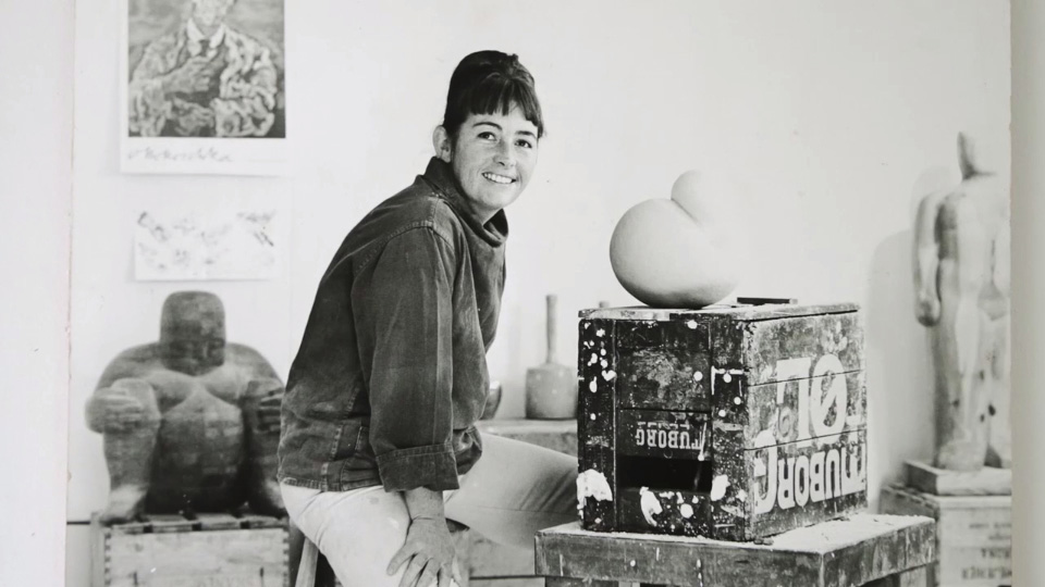 Gerda Thune Andersen som ung i sit atelier