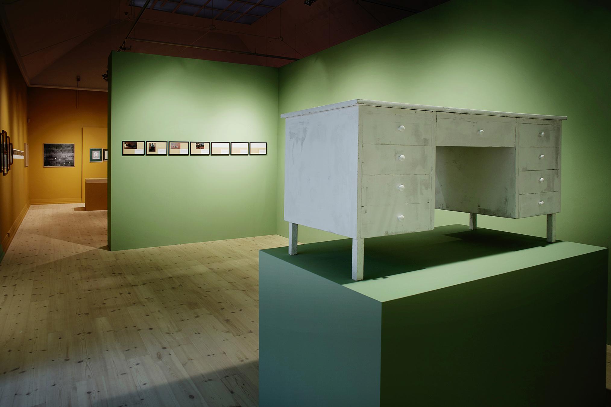 """""""Perspektivet, eller magten, om man vil, udgår fra den side af skrivebordet, hvor skufferne er placeret. Samtidig er skrivebordet at sammenligne med en dametaske; det kan rumme alt.""""  (Lasse Krog Møller). Foto: Kåre Viemose."""