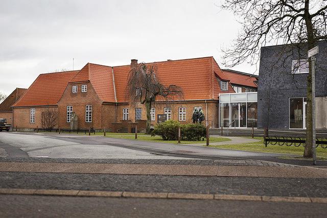 """Skagen Kunstmuseum   """"Den 20. oktober 1908 blev Skagens Museum stiftet. Det skete i spisesalen på Brøndums Hotel, hvor Michael Ancher, P.S. Krøyer og Laurits Tuxen samt hotelejer Degn Brøndum og apoteker Victor Chr. Klæbel skrev de første linjer i historien om det museum, der i dag rummer verdens største samling af værker af skagensmalerne.""""   Adresse:  Brøndumsvej 4, 9990 Skagen.  Links:   Skagenskunstmuseer.dk   Foto:  Skagen Kunstmuseum."""