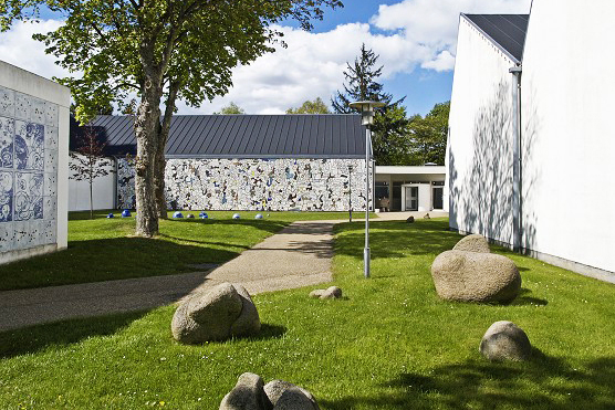 """Museum Jorn   """"Museum Jorn rummer de samlinger, der blev skabt af kunstneren Asger Jorn fra begyndelsen af 1950'erne og frem til hans død i 1973, og som siden er fordoblet. Museet omfatter derfor ikke bare den største samling af Jorns egne værker, men også tusindvis af malerier, skulpturer og værker på papir af andre kunstnere – dels fra CoBrA og dels ældre, internationale kunstnere, der inspirerede Jorn, eller som kunstnerisk stod for det samme.""""   Adresse:  Gudenåvej 7-9, 8600 Silkeborg.  Links:   Museumjorn.dk   Foto:  Museum Jorn."""