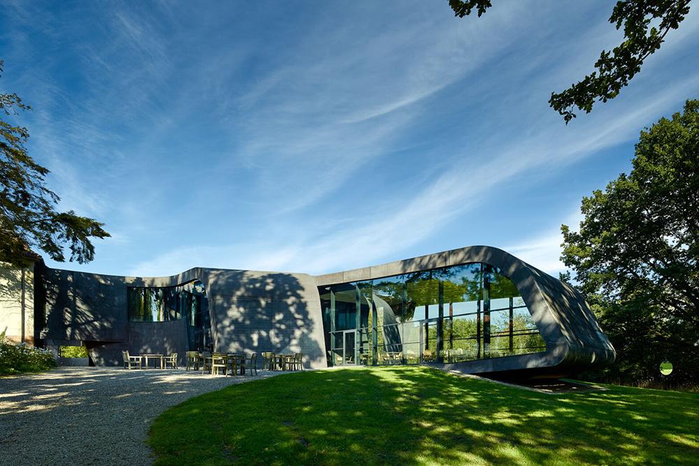 """Ordrupgaard   Obs! Museet er lukket frem til september 2019 pga. ombygning.  """"Ordrupgaard er museum for fransk impressionisme og dansk guldalder med en eksklusiv samling af malerier af kunstnere som Monet, Gauguin og Hammershøi. Med en tilbygning af stjernearkitekt Zaha Hadid i 2005 og Finn Juhls hus i 2008 har museet fået en stærk arkitektonisk profil. Museet har skiftende særudstillinger og kunst under åben himmel i Kunstpark Ordrupgaard.""""   Adresse:  Vilvordevej 110, 2920 Charlottenlund.  Links:   Ordrupgaard.dk   Foto:  Adam Mørk."""