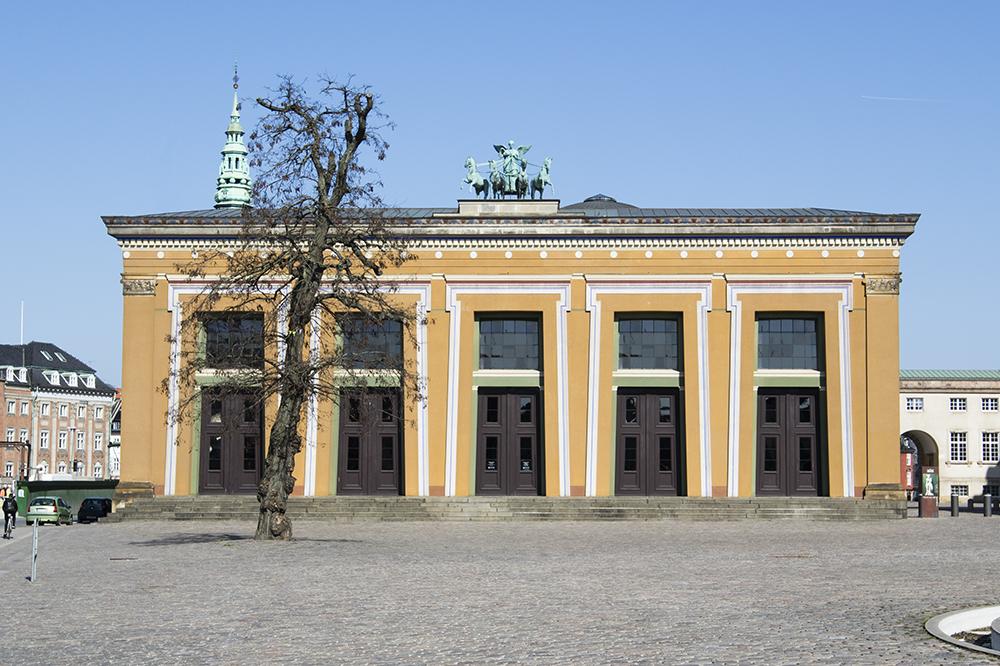 """Thorvaldsens Museum   """"Thorvaldsens Museum åbnede d. 18. september 1848 og var den første offentlige museumsbygning i Danmark. Den markante bygning blev opført for at udstille Thorvaldsens omfattende livsværk af skulpturer og ser i dag stort set ud, som da museet åbnede for over 150 år siden. Huset rummer, ud over skulpturerne, Thorvaldsens tegninger og skitser til skulpturer og relieffer.""""   Adresse:  Bertel Thorvaldsens Plads 2, 1213 København K.  Links:   Thorvaldsensmuseum.dk   Foto:  I DO ART Agency, 2017."""