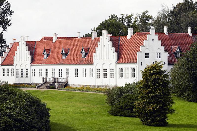 """Rønnebæksholm   """"Rønnebæksholm danner ramme om kunstudstillinger, kulturhistorie, koncerter, foredrag og arrangementer. Kernen i de aktiviteter, der foregår på Rønnebæksholm, er de skiftende kunstudstillinger i hovedbygningen, hvor der vises fire udstillinger årligt. Udstillingerne er centreret om moderne kunst og samtidskunst, og vægten er lagt på billedkunst.""""   Adresse:  Rønnebæksholm 1, 4700 Næstved.  Links:   Roennebaeksholm.dk   Foto:  Rønnebæksholm."""
