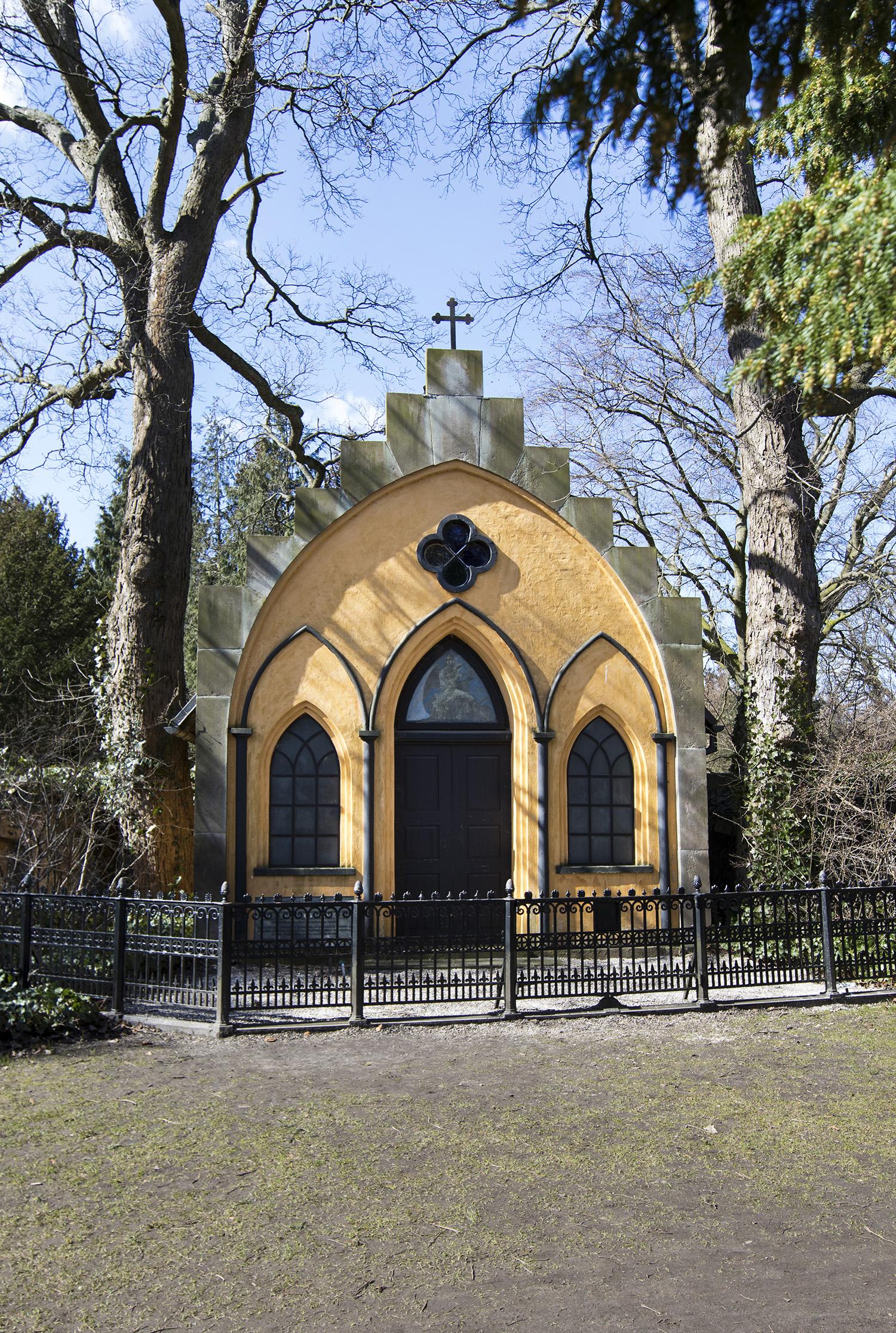 Peter von Scholtens gravsted på Assistens Kirkegården i København. Mausoleumet blev erklæret bevaringsværdigt i 1973 og er det eneste bevarede af sin slags på kirkegården. Photo © I DO ART Agency.