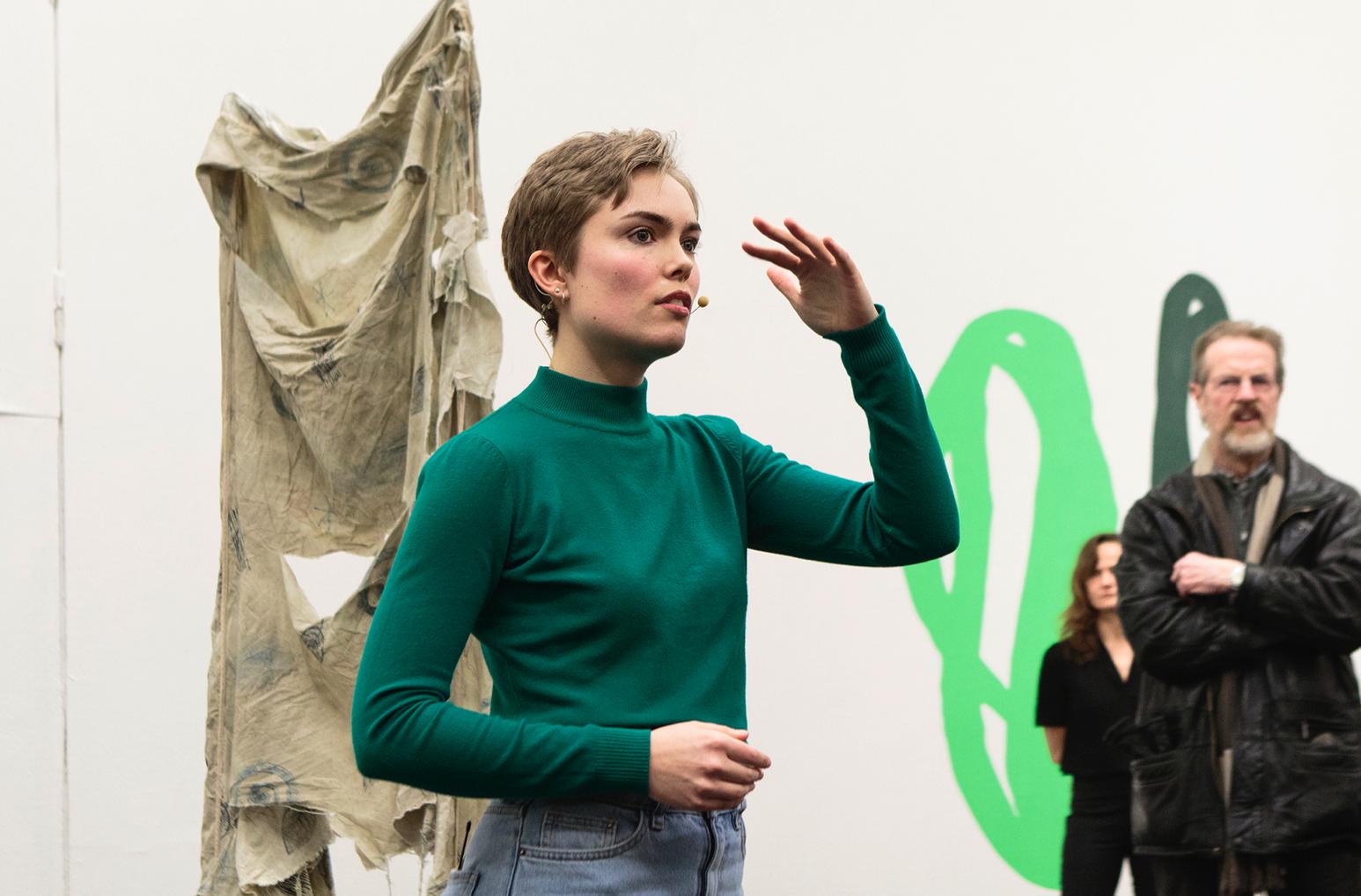 Louise Haugaard Jørgensen,High hanging senses brush the world / don't throw away the sweepings (Performance, Den Frie Udstillingsbygning, 2017). Foto © I DO ART Agency.