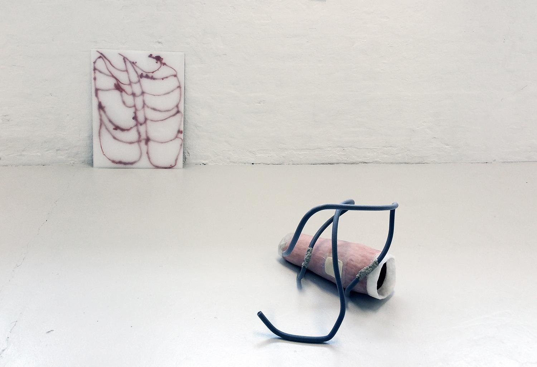 Tunnel Shaped Space, 2016 (Keramik, plaster, voks, skumrør, wire, latex, plexiglas). Foto: Nanna Riis Andersen.