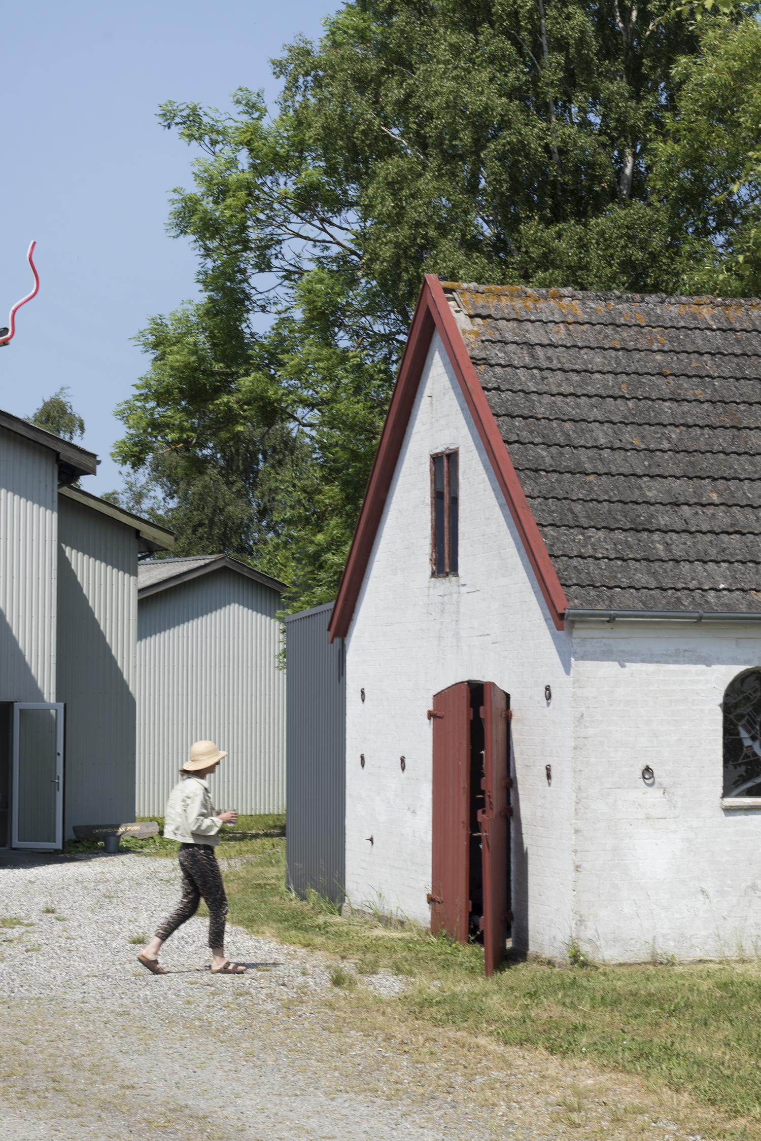 Signe Boe på vej ind i den gamle smedje, hvor hun har sin udstilling. Foto © I DO ART Agency.
