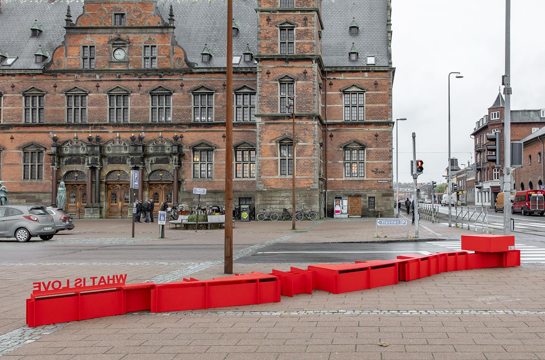 Anja Bache, Scenen er sat (Stationspladsen, Nedslag 1). Foto Ole Akhøj.
