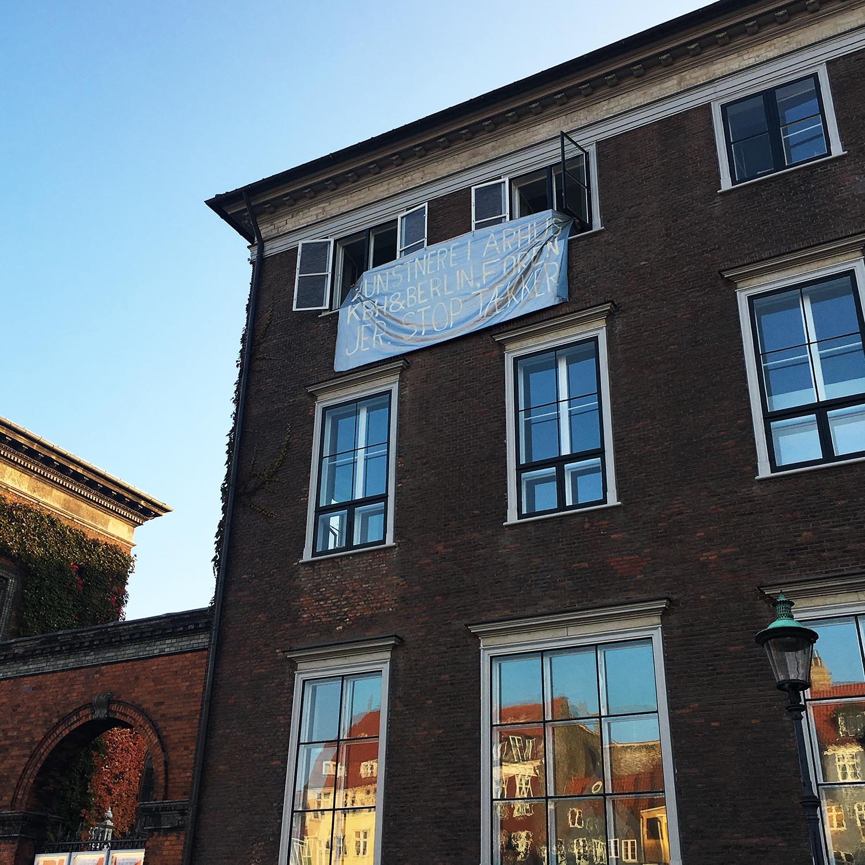 """Bannerdrop, Det Kgl. Danske Kunstakademi, okt. 2018: """"Kunstnere i Aarhus, KBH og Berlin, foren jer. Stop Tækker!"""""""