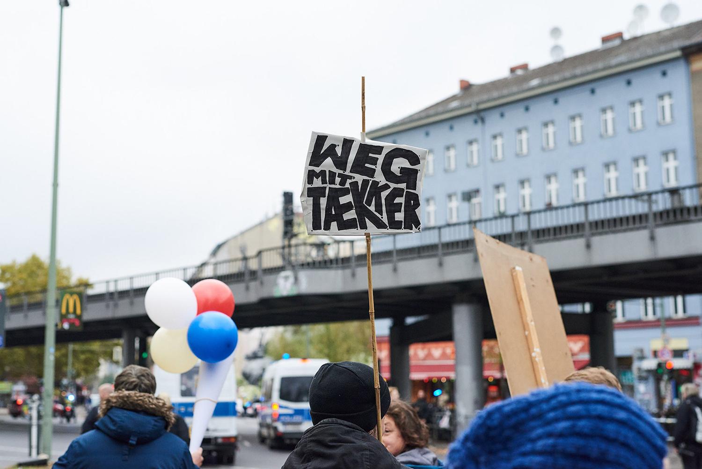 """Weg mit Tækker. Fra demonstrationen """"Eis-Parade"""" d. 26. oktober 2018. Foto: Matthias Wehofsky."""