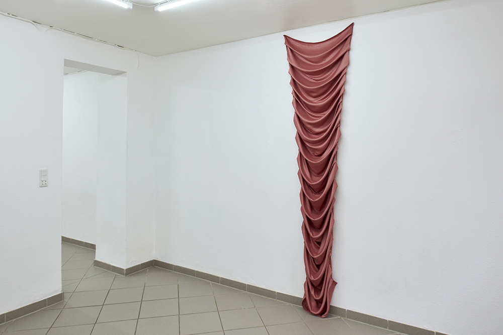 Louise Sparre, Fabric Object, 2019 (230x60x12 cm. Satin). Foto: Kirstine Mengel.