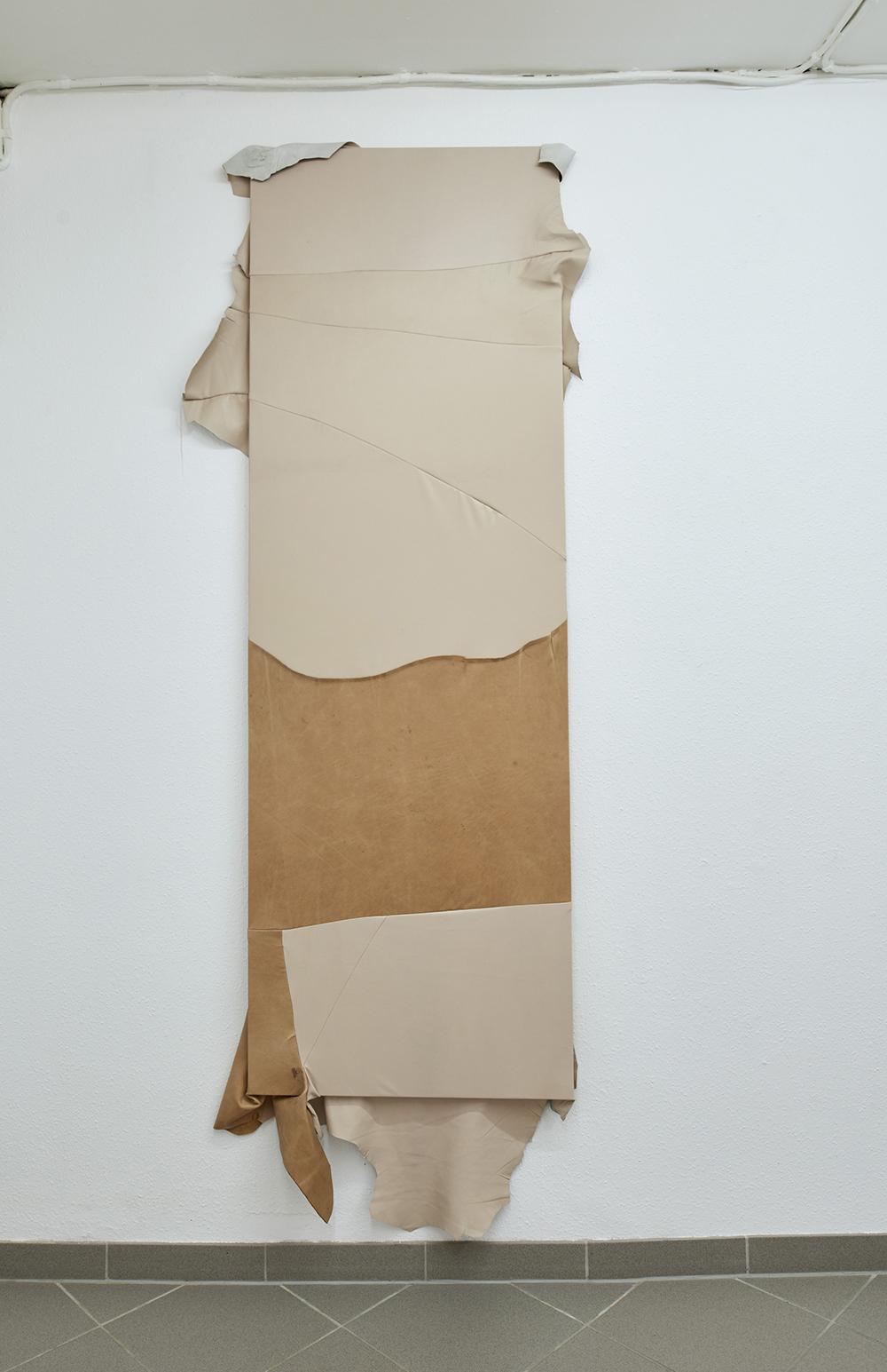 Louise Sparre, Adaptation #3, 2019 (180x60x5 cm. Læder og træ).  Foto: Kirstine Mengel.