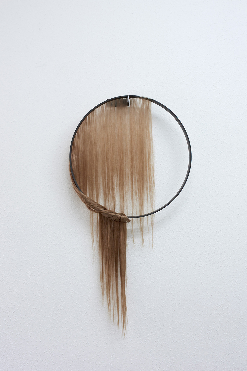 Louise Sparre, Circle of Control, 2019 (70x38x4 cm. Jern og hair-extensions). Foto: Kirstine Mengel.