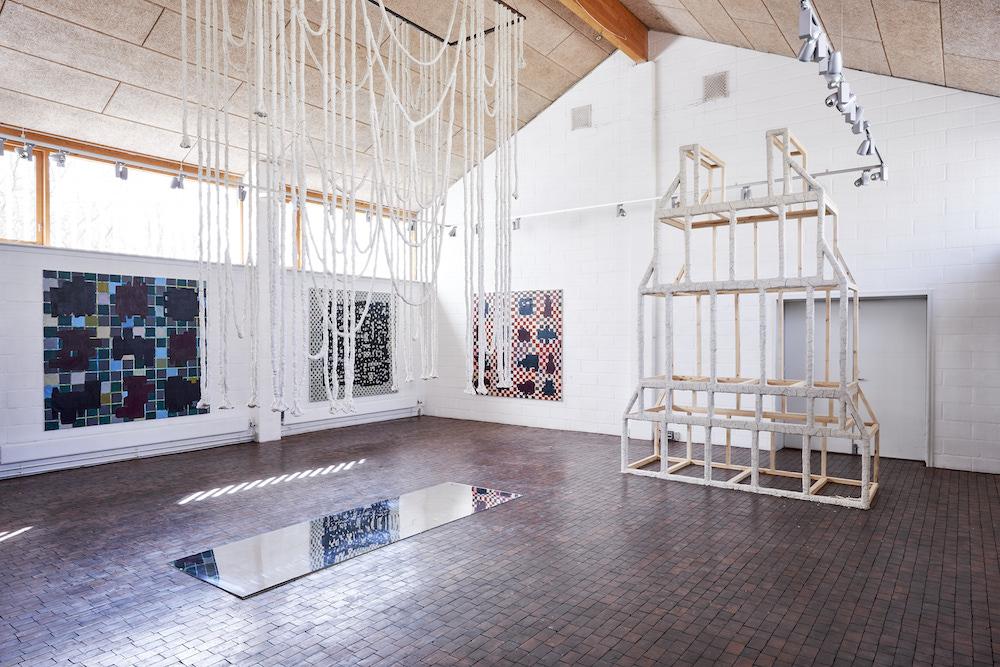 Fra udstillingen Mellem/Rum på Gammelgård i 2017 (Manuel Canu, installationer og Allan Stabell, malerier). Foto: Christoffer Regild.