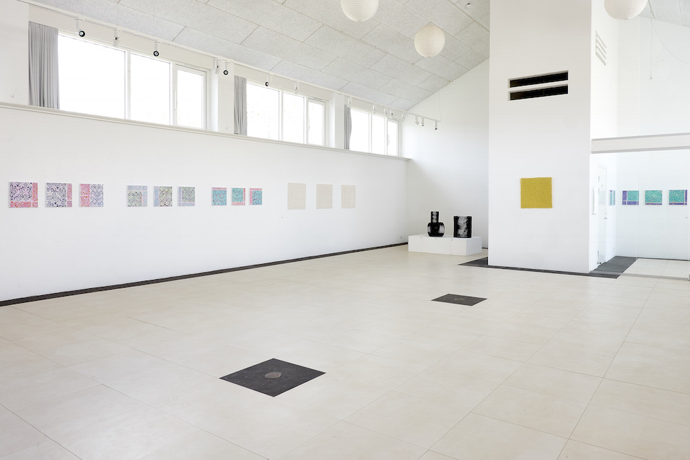 Fra udstillingen Mellem/Rum på Gammelgård i 2017 (Stine Jespersen, keramik og Kirsten Bøgh, malerier). Foto: Christoffer Regild.