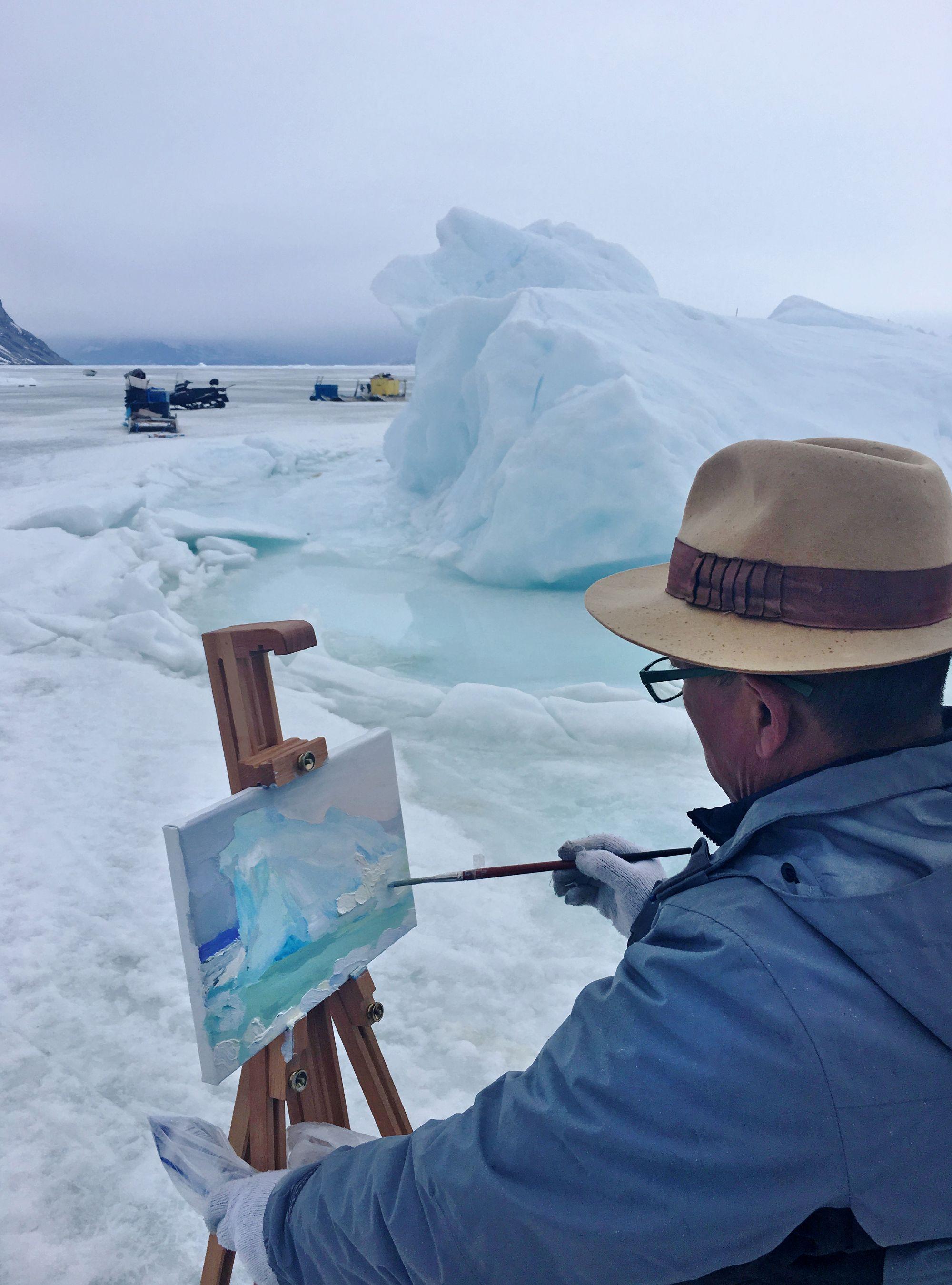 Liu Xiaodong maler Isbjerg 2 udendørs under sin første rejse til Uummannaq, Grønland, foråret 2017. Foto: Jeffrey Sequeira © Xiaodong Studio, courtesy Faurschou Foundation.