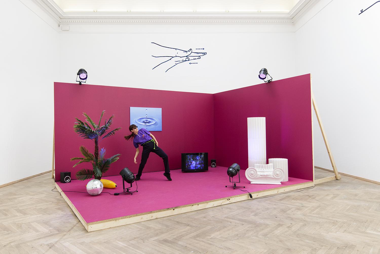 I løbet af udstillingsperioden bliver værket aktiveret af en performance, udført af Rebecka Berchtold. Foto © I DO ART Agency.