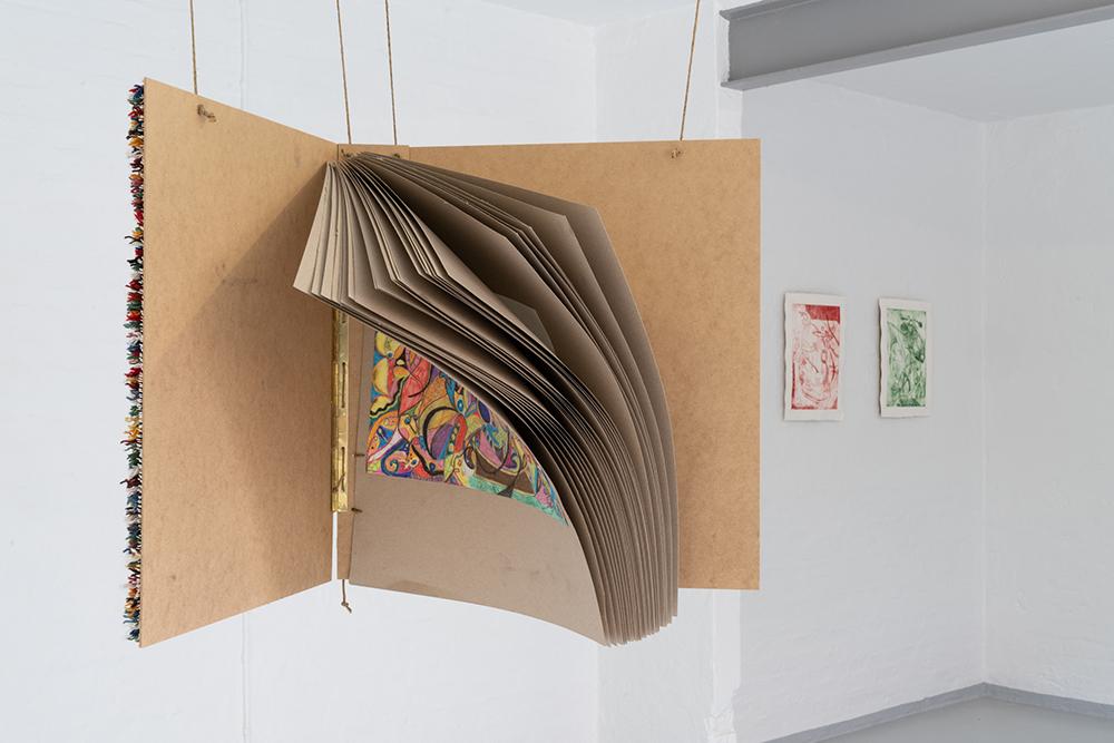 Bære ark, mixed media, rya og broderi udført af kunstnerens mor. Foto: Jesper Nørbæk.