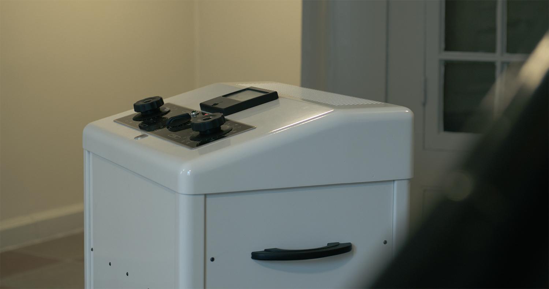 GHOST MACHINE, 2019. I bunden af Sydfløjens trapperum står et værk af en tidligere elektrochokmaskine, Phillips Oscilloflux 500, der sender lyde af elektricitet ud i rummet – eller snare lyde, der lyder som vi forstiller os elektricitet lyder. Værket peger tilbage på Augustenborg Slots nære fortid som psykiatrisk sygehus. Lundehave fandt maskinen på slottet under sin research og byggede den om til en højttaler. De 3 drejeknapper er forsynet med en motor, og roterer langsomt I forskellige tempi. Wattmetret viser alarmerende aktivitet, lamperne lyser og blinker og indimellem sprutter og summer maskinen. Man fornemmer, at alt ikke er helt som det skal være. Kompositionerne i maskinen tematiserer elektricitet, lyden af den og ikke mindst vores forestillinger om lyden af maskinen og dens effektivitet i brug. Værket kaster lyde fra sig i en tilfældig blanding af lydsekvenser af 37 sekunder, hvoraf de fleste er lydløse. Man ved derfor aldrig hvornår eller hvor lang tid lyden trænger sig på. Et værk, der vækker opsigt og har givet anledning til diskussion blandt de ansatte i Landbrugsstyrelsen. (Video still: GotFat Productions).
