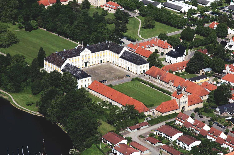 Augustenborg Slot fra 1770 er et af Danmarks bedst bevarede slotte fra barokken. Faktisk er en stor del af husene i Hertugbyen Augustenborg fredede, da slottet og den tilhørende by den dag i dag fremstår som et hele. Som en del af regeringens udflytningsplaner er 400 ansatte i Landbrugsstyrelsen nu flyttet ind på Augustenborg Slot, der netop er blevet omdannet til moderne kontorarbejdspladser. Det er en væsentlig arbejdsplads i regionen og et betydningsfuldt bygningskompleks, som byens borgerne bruger i fritiden og turister besøger i busser fra Sønderborg. Foto: Arkitema Architects.