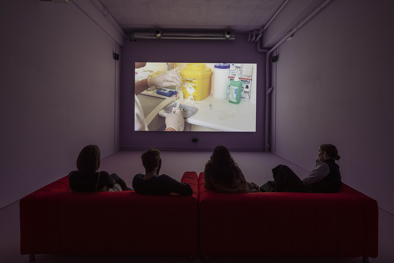 Marianna Simnett, The Needle and the Larynx (2016). Copenhagen Contemporary. Foto: Anders Sune Berg.