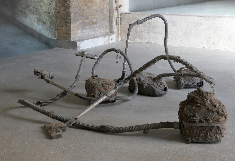 """Theis Wendt """"Untitled,� 2019 (støvsugere, snavs, beton og stålstænger). Foto: Niels Fabæk."""