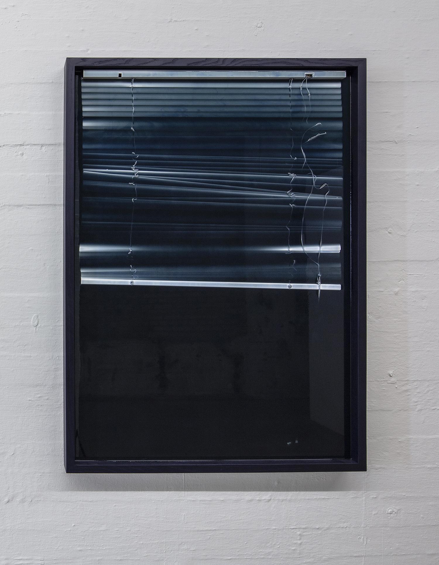 """Theis Wendt """"Dweller,� 2019  (pigmenteret resin og persienner, 140x100x7cm). Foto: Niels Fabæk."""