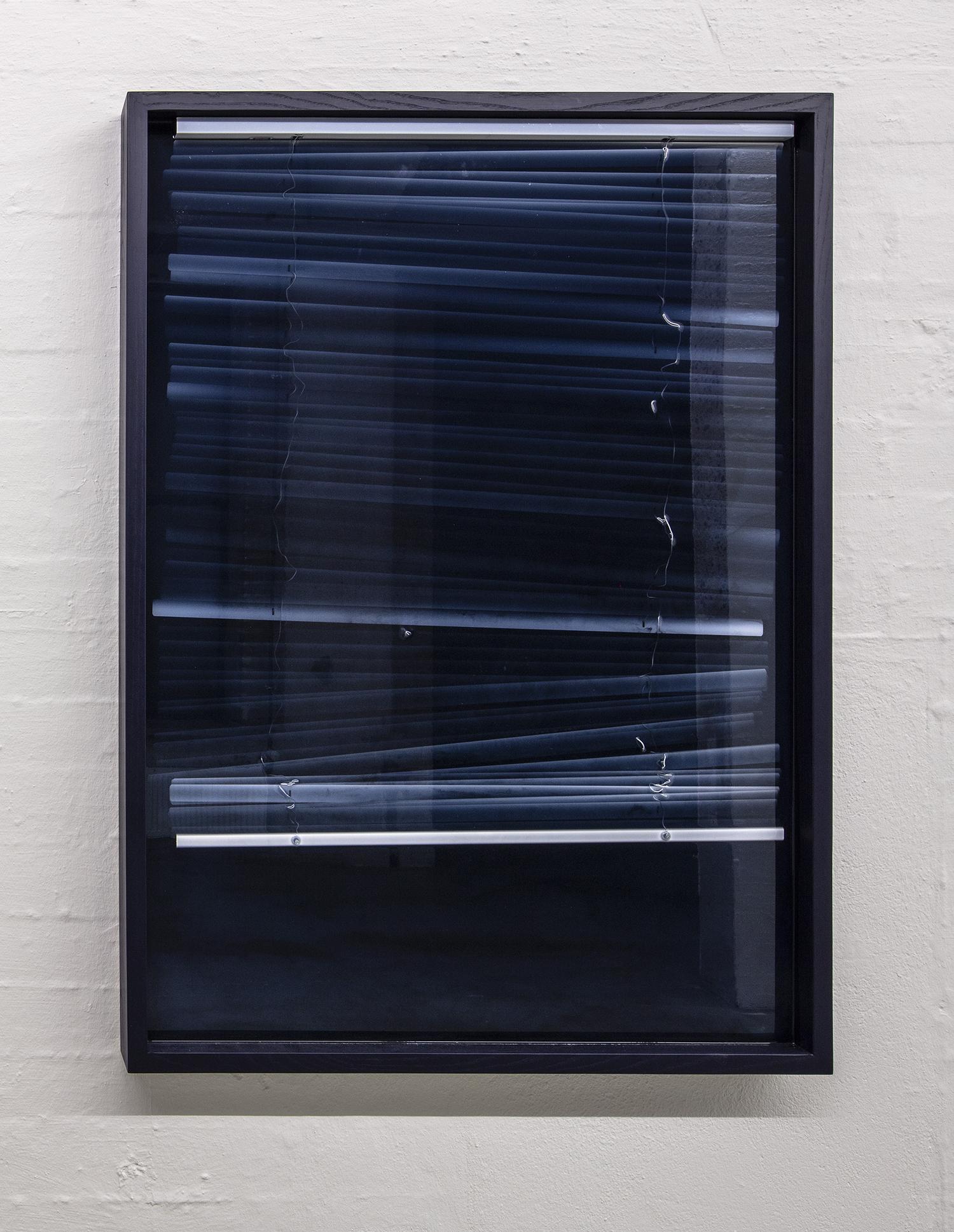 """Theis Wendt """"Morning,"""" 2019  (pigmenteret resin og persienner, 140x100x7cm). Foto: Niels Fabæk."""
