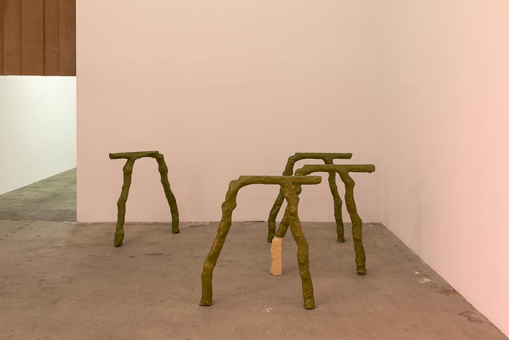 Shahryar Nashat, Rib, 2019. (Papmaché, urethan, akrylmaling). Installationsfoto: Swiss Institute, New York.
