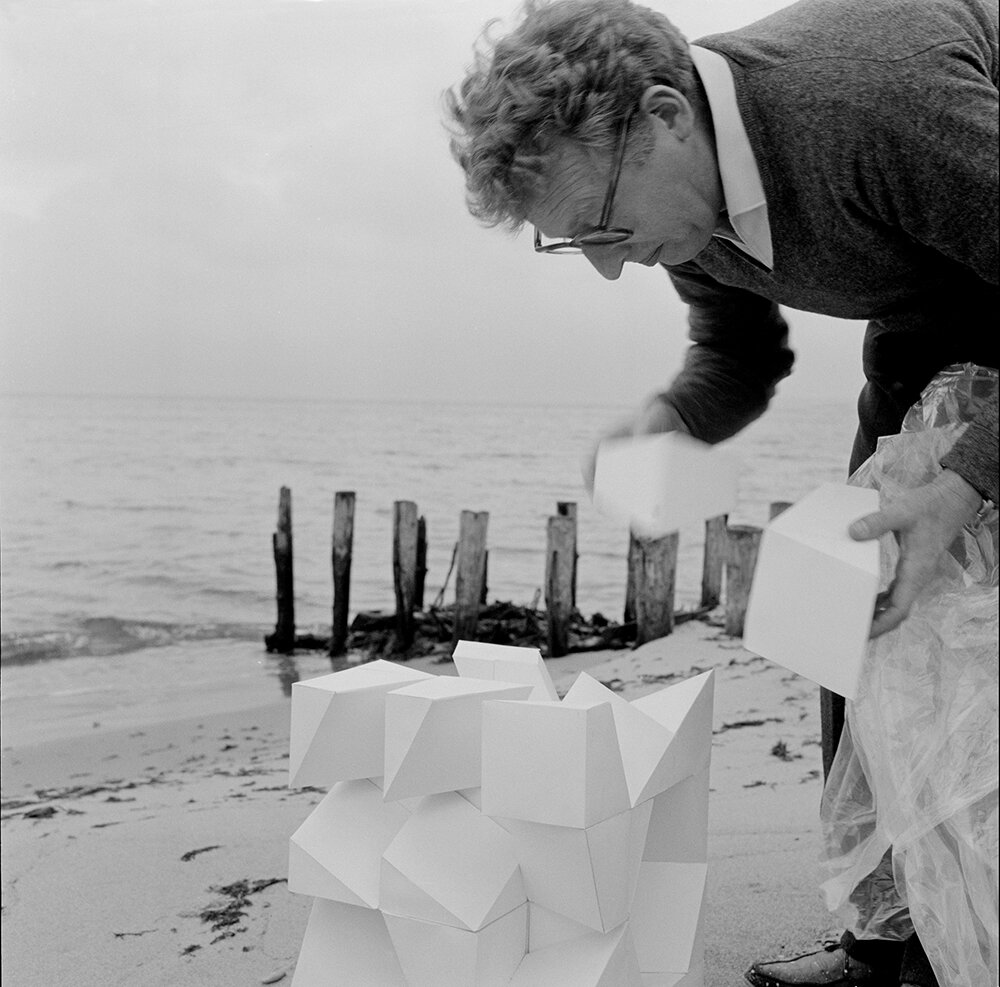 Gunnar Aagaard Andersen brugte ofte stranden nedenfor Munkeruphus som sit atelier, 1961. Foto: Schnakenburg & Brahl.