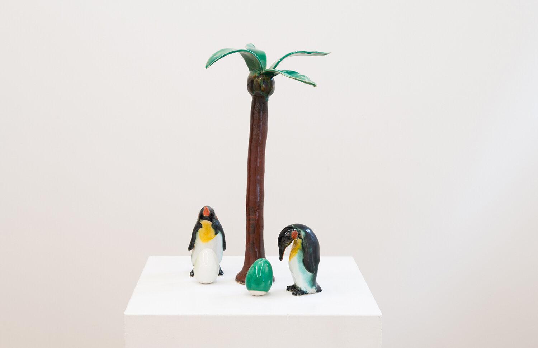 """Andreas Schulenburg """"Pingviner på ferie der har lagt nogle for store æg,� 2018. Foto: Viborg Kunsthal."""