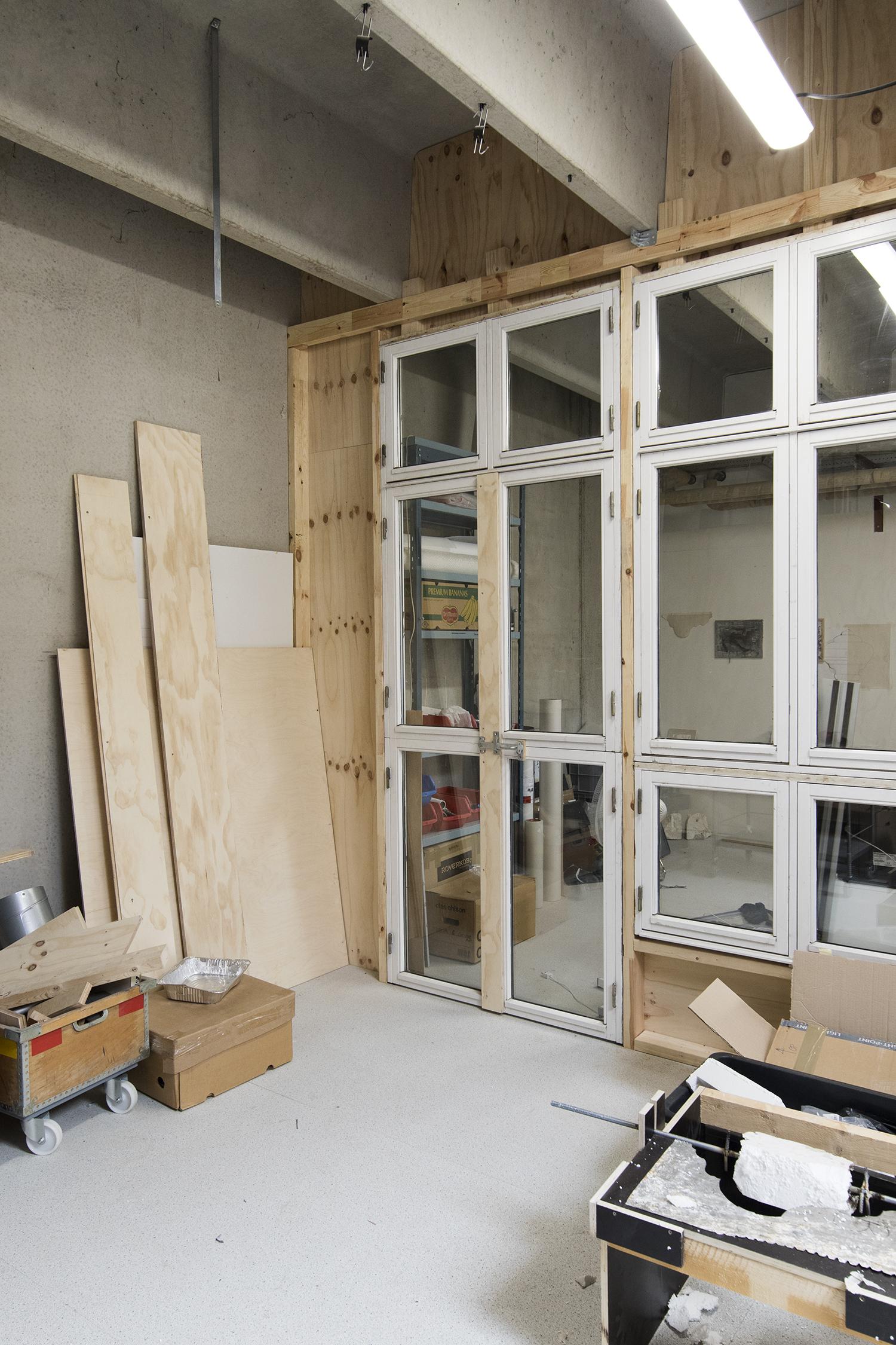 Hjørne i Jacob Alrøs atelier med indbygget støvfrit rum. Foto © I DO ART Agency.